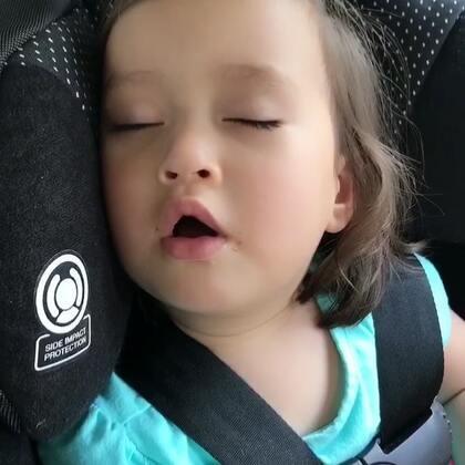 奶嘴就起安抚作用,有助于宝宝静下来入睡,两岁左右可以很轻松就戒掉了,麻麻们不要有太多顾虑,比起吸手指,安抚奶嘴要好很多,不会对宝宝口腔和牙齿有影响的,全世界的宝宝都在用,宝妈们放心吧!#宝宝##我要上热门#@美拍小助手 #育儿#