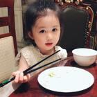 这孩子用筷子真的比我好多了,大人的筷子夹豆子666的~ #宝宝##金宝成长##金宝3y+3m#