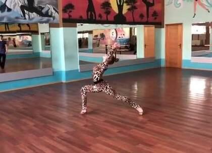 不是每个人都能穿这一身豹纹装,看傻了的请点赞!#热门##拉丁舞##舞蹈#