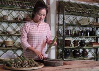 云南街头甜糯小吃:竹筒粑粑 竹筒粑粑是滇西地区特色小吃,特别之处在于选取做粑粑的竹子,孔大皮薄,还有一层厚厚的竹衣!竹筒中灌入加了红糖的糯米浆,加热后竹衣就能紧紧的包裹在凝固的糯米糕上,一口咬下去,不仅能咬到脆脆的竹衣,尝到淡淡的竹香,还有甜甜的糯米味道!#美食##吃播#