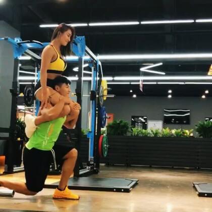 #有颜##男友力挑战#背着女朋友做运动是种什么样的体验?💁🏻♂️