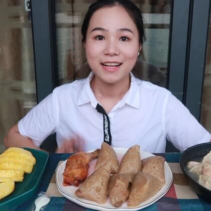 (1)吃播 板栗肉粽和饺子~ 还有超好吃的菠萝和全家的芋泥蛋糕盒子!原速链接:https://www.bilibili.com/video/av23673643/#吃秀#