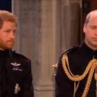 等待新娘#梅根马克尔# 入场的新郎#哈里王子# ,紧张的心情都被不经意的小眼神出卖了,王子结婚也慌啊