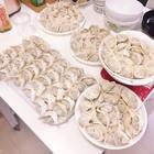 520快乐各位!我的表嫂一人包了很多韭菜猪肉饺子给我们大家吃~如果日后像表哥一样有个会包饺子的老婆就很幸福了哈哈哈 #小幸福##香港##吃货#