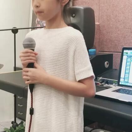 好久没在美拍发歌了 这首薛老师的歌曲 摩天大楼 真的不好唱🎤🎤 #音乐##宝宝##美拍里的天籁童声#