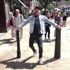 大叔致敬MJ. 在陌生人面前戴耳机唱歌跳舞挑战。🎧🕺🏻@小冰 #俊男美女乐开怀##哦买哦买##舞蹈#