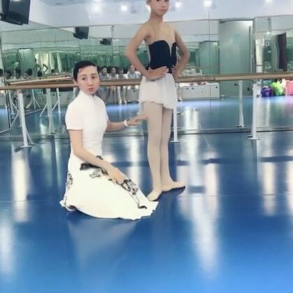 #芭蕾##舞蹈##芭蕾舞#芭蕾从tendu开始每一个动作都有特定的审美和要求,Croisé (交叉)的意思。都要从髋关节开始转开(流线型外开显得腿长)(⺣◡⺣)♡