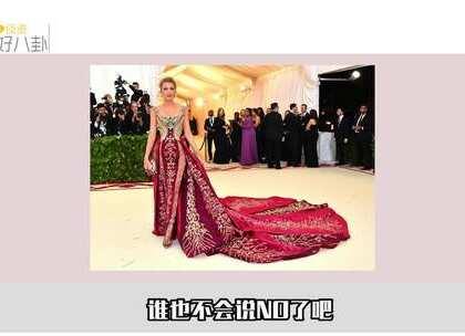 "Met Gala刷屏两天,说布妞再次""Queen S""附体,布妞再次脱尘而出,原来她这身艳压🍉的礼服,藏着一个超萌的密码,全家人一起!原来,布妞专门定制了一款印有全家名字缩写的手拿包。#布妞##时尚奥斯卡##好八卦#"