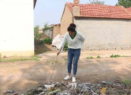 姑娘银行卡掉进垃圾堆了怕脏不敢找,农民大哥这时走过来了!