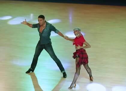 谁说穿牛仔裤不能跳拉丁?桑巴舞要的就是街头的味道!看Marius&Khrystyna融合了Salsa元素的桑巴,绝了!#热门##拉丁舞##舞蹈#