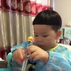 #宝宝##吃秀#筷子用的不错嘿🤣我这几天琢磨琢磨想给泡泡理一个一休哥的发型,怎么样?