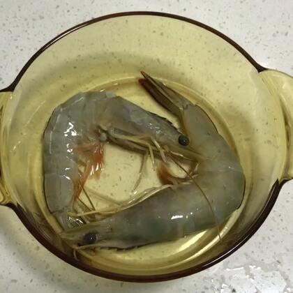 宝宝菜谱:微波炉叮海白刺虾🍤 大虾去壳去虾线,放入玻璃锅。加入少许油和酱油搅拌均匀,加盖放入微波炉。微波炉高火加热30秒,取出锅后翻面再加热30秒即可。功率低的微波炉适当延长加热时间,直至虾整只变红色。用剪刀把虾剪成小块,宝宝就能食用了。#宝宝##宝宝辅食##宝宝食谱#