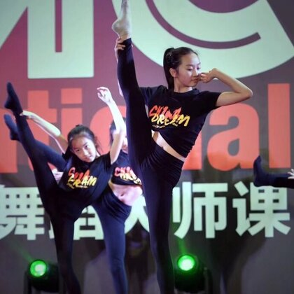 #当代舞##爵士舞##舞蹈#视频是果果同学进几年假期参加国际青少年大师课,每次短短10天的变化太大了。从动作的力度、表现力、动作的张力、控制能力、自信心上都有了很大的进步。大师课多大年龄都可以报名哟,有教师班、儿童班都是从国内外请来最专业的老师。具体课程可以关注@国际青少年舞蹈大师课 😄