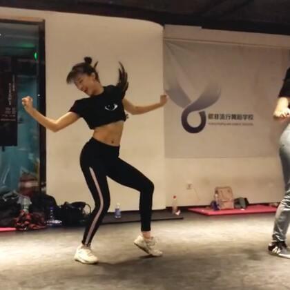 20180522人生中第一次#waacking#课!也是第二次见到日本甩手舞女王#ibuki#,她说这次看到我跳鸡皮疙瘩起来了,问我是不是有work a lot,其实我只是a little😅虽然手甩的还是个鬼,但是课后女神一起去吃了火锅🍲哇咔咔#热血街舞团#