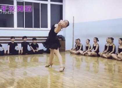 坐着的练唱歌,站着的练伦巴~拉丁小女神王佳来啦~#舞蹈##拉丁舞##拉丁舞伦巴#(视频来自 大连国际舞蹈学校王震)端午拉丁芭蕾特训15大城市同步开启6.16-6.18,详情戳https://mp.weixin.qq.com/s/nMgqS2Fj5G0TGiAcTbquXg