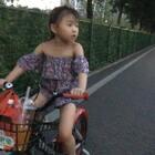 晚上,#娘俩一起踩单车#