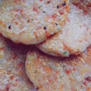 #热门##美食##我们毕业了# 土豆葱油糕 食材:土豆,小葱,火腿肠,糯米粉 调料:盐,胡椒粉,油 PS:自从买了一包糯米粉回来,从此对糯米制品有一种执念??
