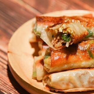 """【一个人的春卷也要好好吃】用饺子皮也能做春卷?超简单!用猪油煎至两面金黄的""""饺子皮春卷"""",一口一个酥香鲜美。 #饺子##春卷##美食#"""