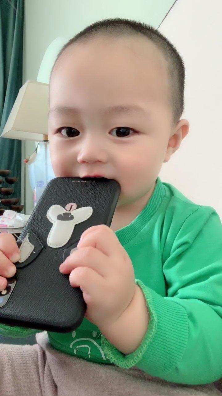 口试期的王百万除了磨牙棒什么都啃,各位宝妈不要阻止宝宝啃东西,因为他们现在在用嘴巴探索世界@小鑫日常生活记录 @美拍小助手 #宝宝#