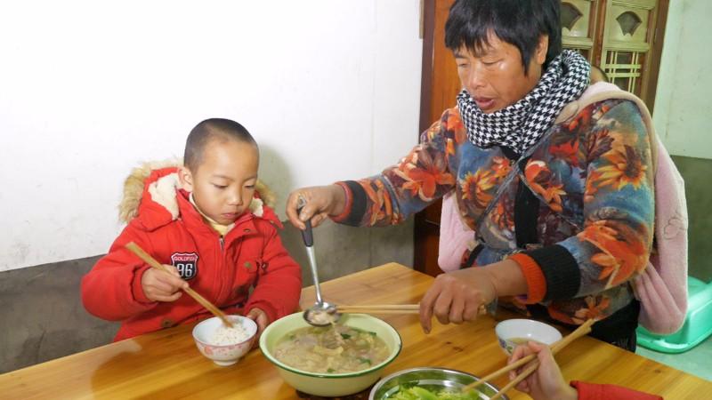 农村儿媳买肉皮,和瘦肉一起煮汤,越吃越香,好吃到停不下来 #我要上热门##美食##家常菜#