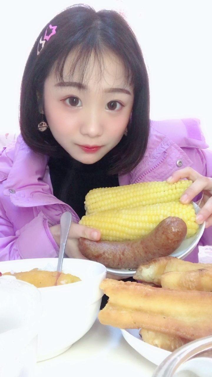 #精选##吃秀#玉米很香甜,香肠我觉得重口味的人会很喜欢,再次感谢小红姐姐@💋东北吃播xiao红姐💋 #我要上热门@美拍小助手#