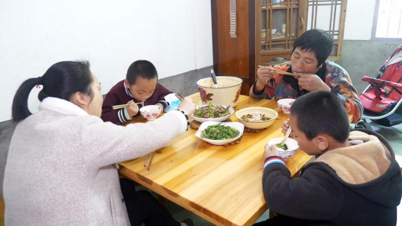 赶集天又买牛肉,买一斤多牛肉炒蒜苔,孩子们都很喜欢吃 #我要上热门##美食##农村#