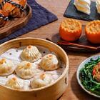这个时节的大闸蟹是最肥美的时候,除了蒸着吃,这次我想再贪心一点。用现蒸的大闸蟹做成奢华的蟹粉,再做一桌蟹宴,好了,我的秋天没有遗憾了。#美食#