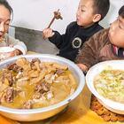 煮一大盆魔芋烧鸭,放一个辣椒,结果尴尬了,一点都不辣 #我要上热门##美食##农村#
