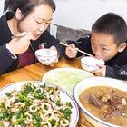 媳妇花55元买鱿鱼,加芹菜一起炒,好吃,就是有点贵 #我要上热门##美食##农村#