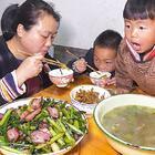 红菜苔炒腊肉真好吃,女儿看馋了,直接从哥哥碗里拿肉吃 #我要上热门##农村##美食#