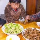 宝宝不舒服,媳妇背着她炒菜,结果吃饭时,吃得比谁都积极 #我要上热门##美食##农村#