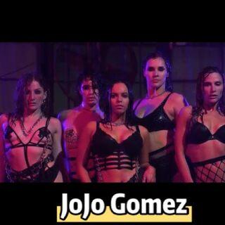 好作品推薦《JoJo Gomez編舞 小野貓React》有時候不得不說,簡單的東西就是最美也是最難的!洋臉身形與臉蛋,搭上千年椅子和下雨,還是很好看啊~@美拍小助手