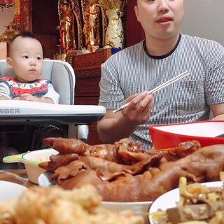 今天菜挺硬吧,登登被迫上線,都要吃睡著了。#吃秀##寶寶##劉氏夫婦#