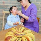 鄉野麗江  嬌子:  用蕎面做成肉夾饃,把蕎殼做成小貓枕頭,豆芽太愛了 #美食#