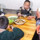炒一盤好吃的菜,寶寶卻躲角落不上桌吃飯,這是咋回事 #我要上熱門##美食##農村#