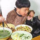 下雨天沒有買肉,炒包菜加3根臘腸,吃著比肉還香,上桌吃光光 #我要上熱門##美食##農村#