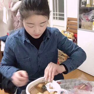 晚上吃了嗎? 下班回家吃關東煮??和鴨貨,最近老是很餓很餓,是冬天的原因嗎??? 第一次剪輯視頻,多多擔待。哈哈 #北漂生活##夜宵#
