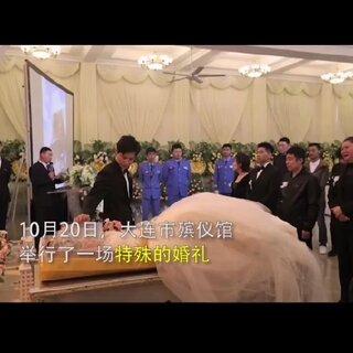 这是一场特殊的婚礼,穿着婚纱的杨柳躺在168盆粉色的玫瑰中,和丈夫举办了惊天地泣鬼神的婚礼,这个世界上不是没有好男人,只是你们没有遇到而已#情感#@秋霞网小助手