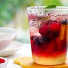 夏天用蔓越莓做饮料方便又美味,每天都能不重样。酸甜的蔓越莓气泡水,柔和的莓果奶盖茶,还有冰雪般的莓果思慕雪。在这一瞬间,你已经被酸甜抓住了。#美食#