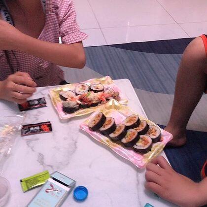 #吃秀#兩個小孩在吃壽司……
