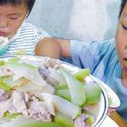 葫蘆瓜長大了,摘一個炒肉,全家人吃得好開心 #我要上熱門##美食##農村#
