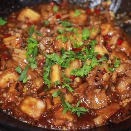 喜歡做飯的伙伴兒都知道茄子很難熟,如果做紅燒就的必須用油炸,今天給大家分享的免油炸的紅燒茄子#黃掌勺##美食##紅燒茄子#